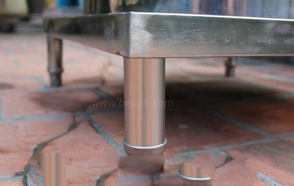 Chân nồi nấu phở được thiết kế gọn với ống inox 201 chất lượng cao, có gắn thêm bộ điều chỉnh độ cao ở mỗi chân giúp nồi vững chắc ngay cả ở những địa hình không bằng phẳng.