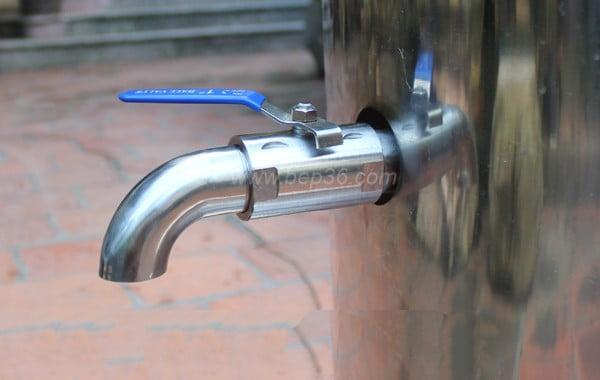 Van xả đáy nồi nấu phở tiện dụng, đường ống lớn giúp việc lấy nước dùng cũng như xả nước khi vệ sinh nồi hết sức dễ dàng và nhanh chóng.